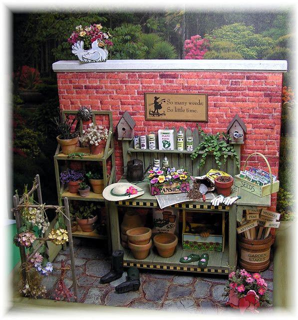 Tutoriels sur la façon de créer la plupart des objets dans cette image (séchoir, hortensias séchés, rempotage banc, mur de briques, planteur de poulet avec des fleurs, chapeau, gants, sabots, sacs de semences dans une boîte, boîte de pensée, de fuite usine sur l'étagère supérieure de banc, boîtes de produits de jardinage, et la crémaillère de grande plante)