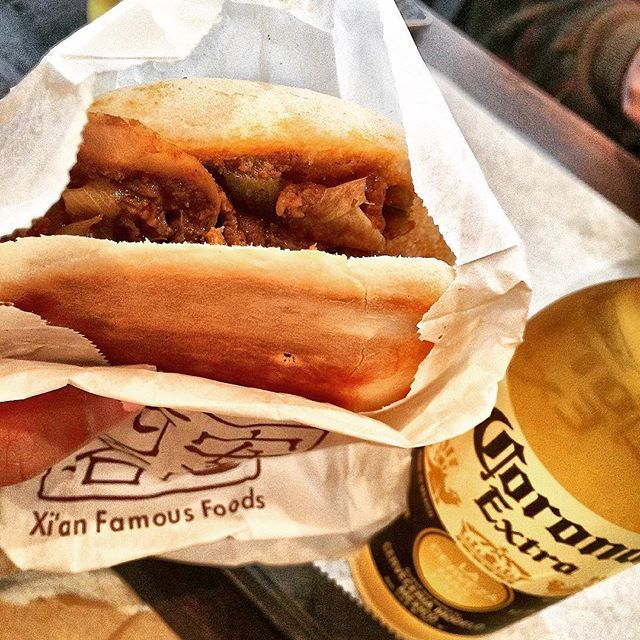 #xianfamousfoods #cumin #lamb #burger #lambburger #chinesefood #corona #beer #cheers #nyc #nyceats #バーガー #ハンバーガ #子羊 #羊 #肉 #ビール #コロナ #カンパイ #おいしい #うまい #いただきます #양 #양고기 #버거 #맥주 #맛있다 #맛있어