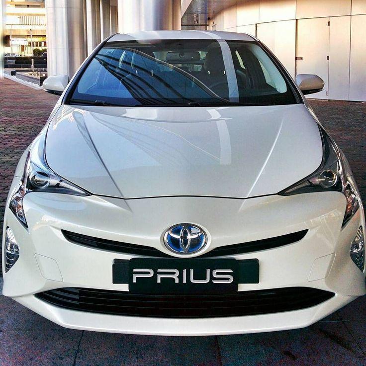 #Toyota #Prius 2016 @toyotadobrasil lança a quarta geração do Prius no país. Modelo híbrido pioneiro já vendeu 57 milhões de unidades em mais de 90 países. Carro está totalmente modificado no visual com linhas mais agressivas e modernas. O Prius tem um estilo 'ame ou odeie'. Ele cresceu 60 mm no comprimento (4.540 mm) 15 mm na largura (1.760 mm) e está 20 mm mais baixo (1.490 mm). O porta-malas comporta 412 litros.  O Novo Prius combina um motor a gasolina de 1.8 litro VVT-i de ciclo…