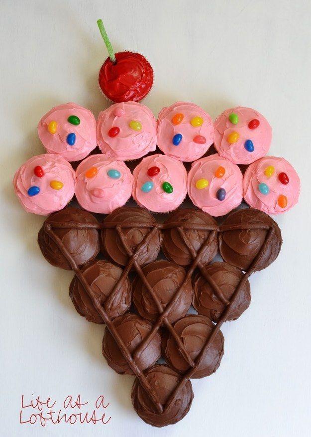 Oder arrangieren Sie ein paar Cupcakes in einer riesigen Eistüte. | 27 Lächerlich …   – Cupcakes