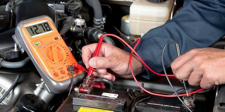 Enerjet   Funcionamiento de una batería para auto   El voltaje se refiere a la cantidad de potencia eléctrica que tu batería posee. El voltaje estándar de las baterías automáticas en los autos de hoy es de 12 v. Cada batería tiene seis celdas, cada una con 2.1 voltios a carga completa. Se le considera completamente cargada cuando se encuentra en 12.6 v o más.
