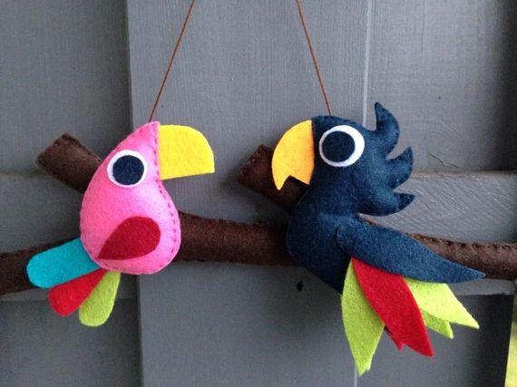 Découvrez Mobile mural ou décoration murale 'Comme un oiseau sur la branche' : 2 aras (perroquets) en feutrine  sur alittleMarket