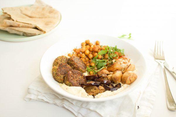 Humus+plate+met+falafel,+geroosterde+kikkererwten+en+groenten
