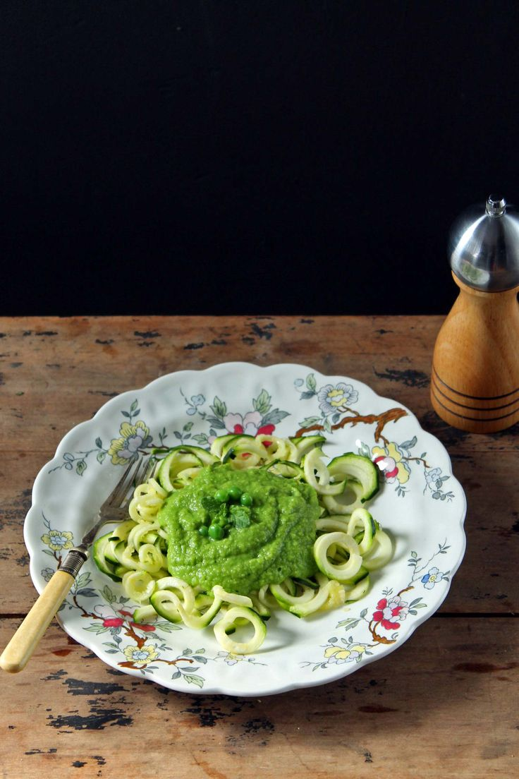 Spiralized Zucchini Fettuccine with Pea and Mint Sauce - dairy-free & vegan recipe via @katehax