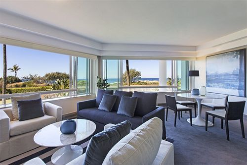 Couldn't you just lay on this couch forever? The Sheraton Mirage #Resort & Spa on the #GoldCoast has the most awesome living rooms! Comfort and beauty all in one. One of the best #hotels in #Australia!