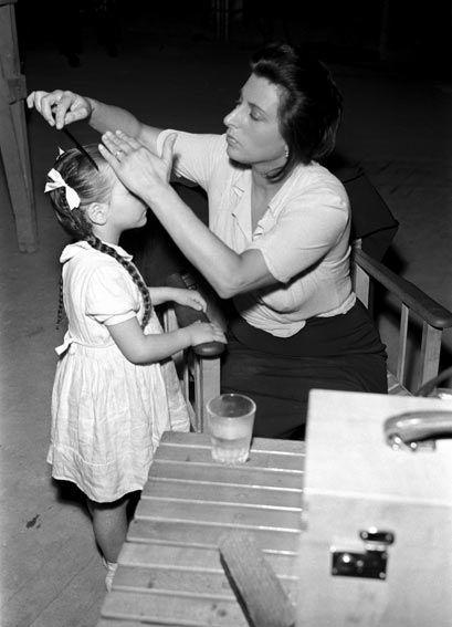 """Anna Magnani con Tina Apicella durante una pausa di """" Bellissima """" di Luchino Visconti, 1951."""