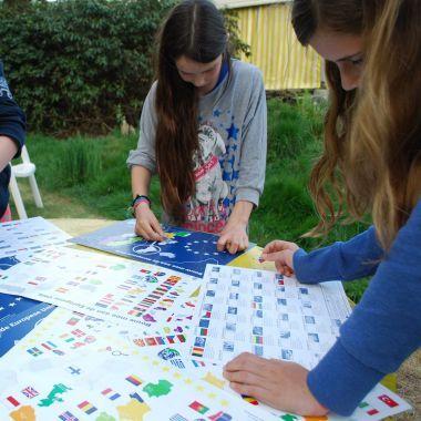 """Stickerpuzzel """"Bouw mee aan de Europese Unie"""" Plak de stickers van de landen op de juiste plek op de kaart (A3) en leer de lidstaten en kandidaatlidstaten van de EU kennen. Op de achterzijde van de kaartkun je oefenen met de vlaggen. Bestel via www.provincieantwerpen.be/ed"""