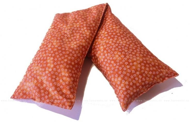 Nahřívací pohankový pás - oranžový s kvítky. Pohankové slupky, kterými je nahřívací polštář plněn mají báječnou vlastnost. Dokáží vstřebat velké množství energie a poté jí pomalu vydávat.  Můžeme tedy polštářek použít k přikládání na bolestivá místa, která potřebujeme zahřát. 288 Kč