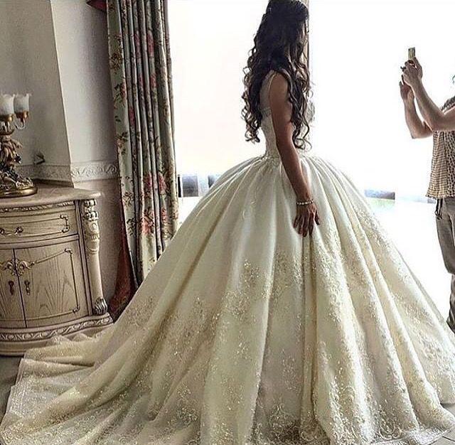 Vestido de noiva no estilo princesa gigante