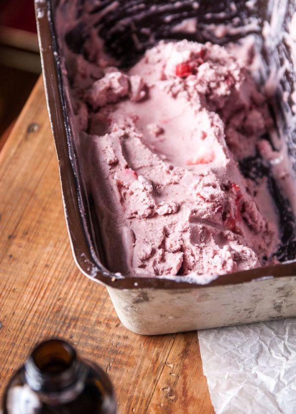 Vegan Strawberry Cashew Milk Ice Cream //thefrostedvegan.com