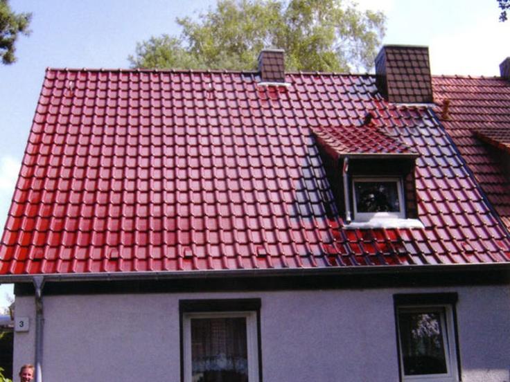 Rote Flachdachziegel Ruppenkeramik. Dacheindeckung durch die Frank Pohlmann Dachdeckerbetrieb GmbH in Berlin (12557) | Dachdecker.com