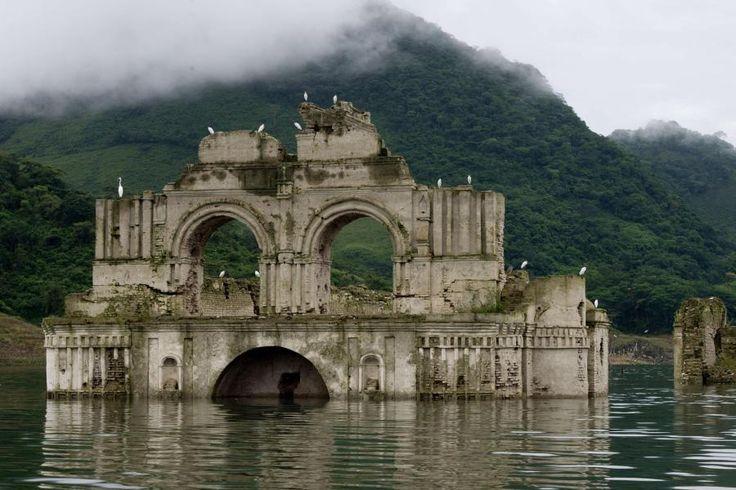 Faszinierende Erscheinung in einem Stausee in Mexiko: Eine 500 Jahre alte Kirche ragt neuerdings heraus. Das Schauspiel ergab sich durch eine Trockenperiode, die den Wasserpegel sinken ließ.