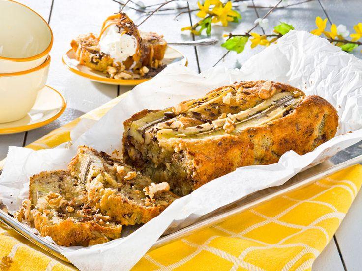 Baka en saftig och fin kaka med massor av godsaker som banan, dumlekola, choklad och valnötter. Ät den ljummen med vaniljglass och kolasås!
