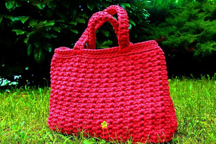 Borsa da giorno colore rosso. fatta con l'uncinetto n.8