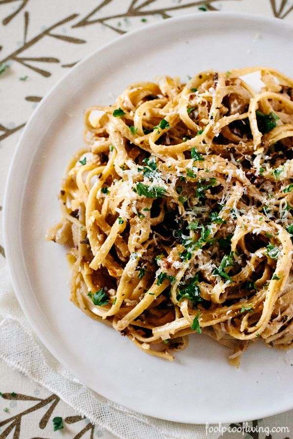 Linguine with Walnut Béchamel Sauce and Sun-Dried Tomatoes #meatlessmonday #vegetarian #bechamelsauce