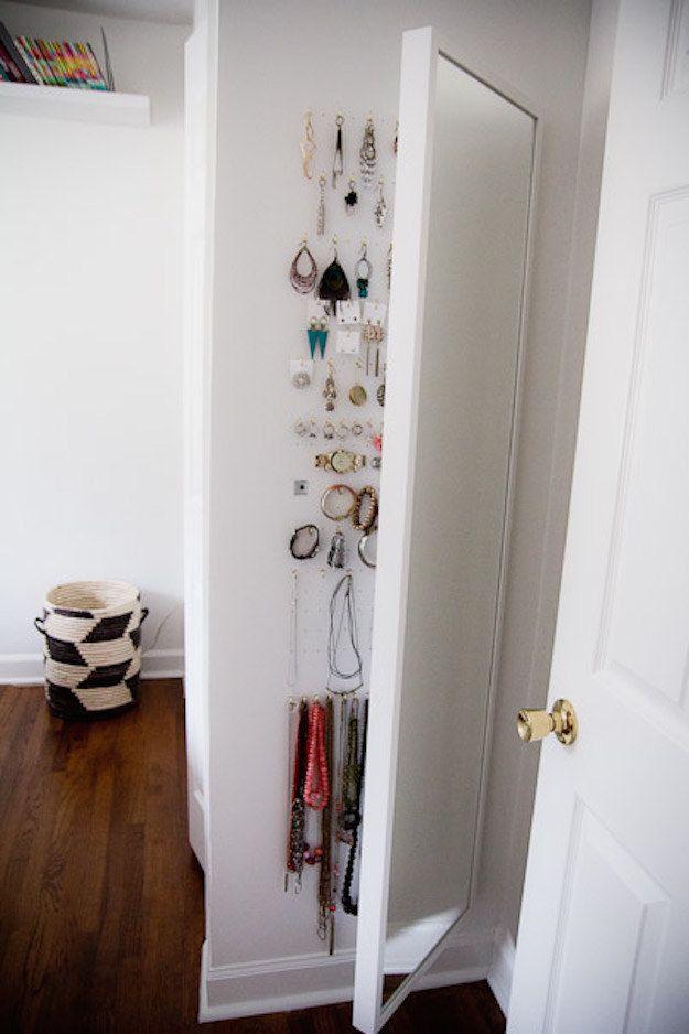 Utiliza el espacio detrás de un espejo de cuerpo entero para almacenar joyería. | 42 Ideas de almacenamiento que organizarán toda tu casa