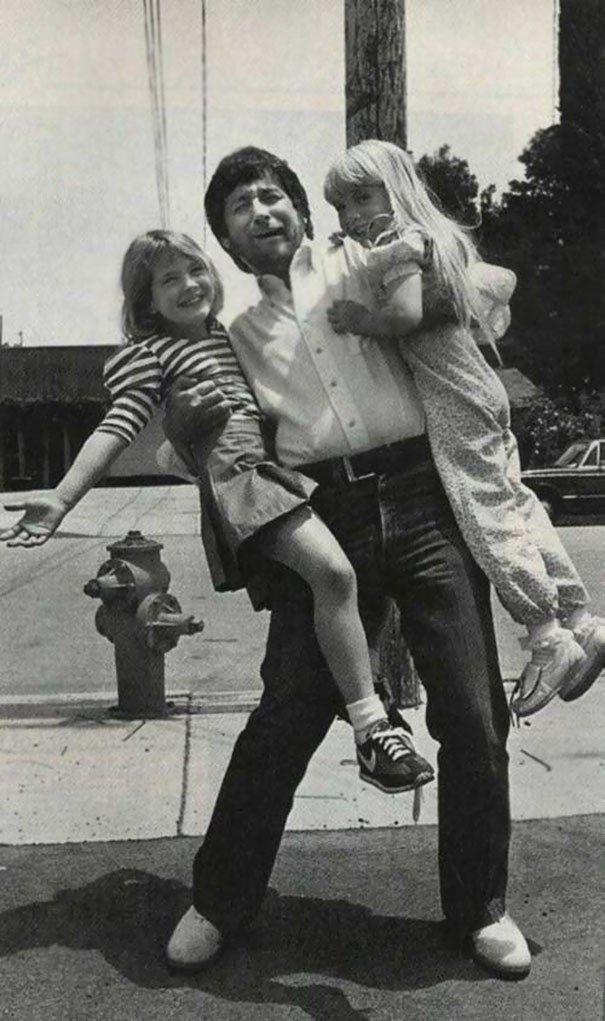 16.Steven Spielberg carrega Drew Barrymore e Heather O'Rourke (Poltergeist), em 1982