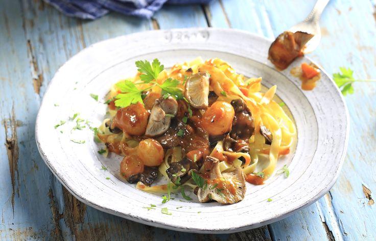 Μανιτάρια κοκκινιστά από τον Άκη Πετρετζίκη. Αντικαταστήστε το κρέας με μανιτάρια για μία νηστίσιμη πρόταση και σερβίρετε το πιάτο σας με ζυμαρικά ή ρύζι!