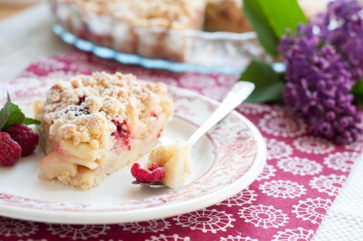Kruche ciasto z jabłkam i malinami