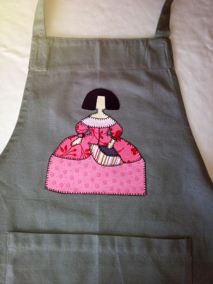 Menina, aplicación de tela sobre delantal.