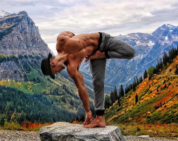 """""""Йога – это ключ к полной жизни, умение с радостью и энтузиазмом встречать любые ее проявления. Если вы занимаетесь регулярно и последовательно, позитивные изменения не заставят себя ждать. Вы станете более гибкими, сильными, энергичными, приобретете душевное спокойствие, заметно улучшится ваше дыхание, кровообращение и пищеварение, в глазах появится яркий блеск, кожа станет красивой, мышцы будут в тонусе, вес тела нормализуется, вы сможете ясно мыслить и легко излагать свои мысли. Вы…"""