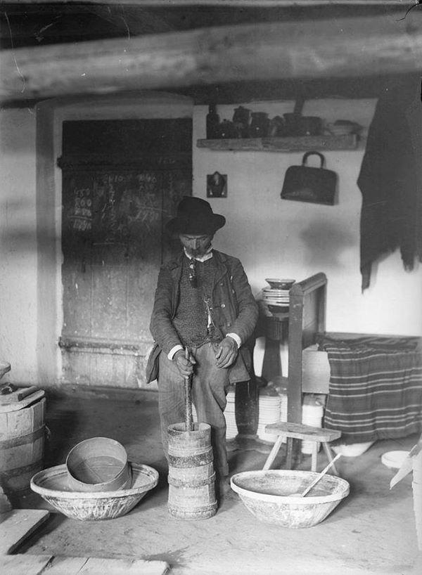 Festéktörés a fazekas munkához dongás famozsárban, Hódmezővásárhely, 1910-es évek eleje.  Fotó: Plohn József, dka.oszk.hu
