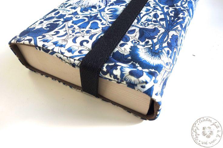 Couverture de livre en tissu en liberty bleu marine et blanc