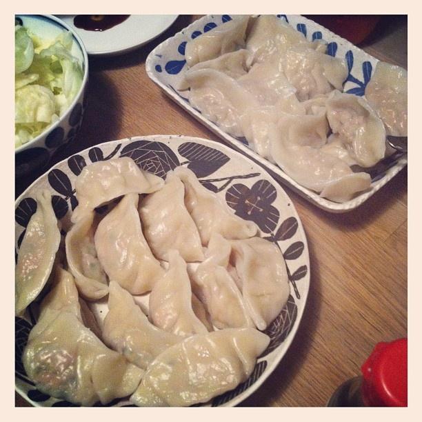 晩ごはん。水餃子。パクチー&豚肉とスタンダードのもの。娘たちもたっくさん食べました。ごちそうさまでした。 - @sourireyuca- #webstagram
