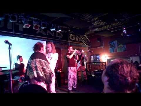 Macauley Culkin Locks Lips With R&B Singer Har Mar Superstar [VIDEO] http://makemyfriday.com/2014/11/macauley-culkin-locks-lips-with-rb-singer-har-mar-superstar-video/ #CelebrityNews, #MacaulayCulkin, #MovieNews, #MusicNews, #News, #Videos