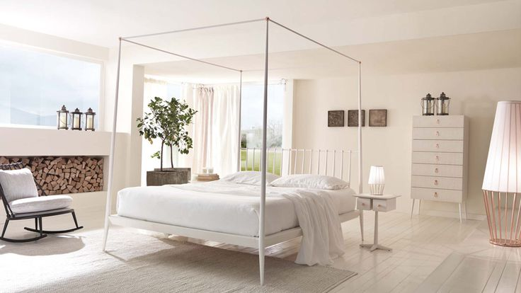 Letto baldacchino laccato panna con dettagli in rame lucido  //   Bed canopy painted cream with details in polished copper.