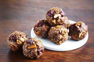 Voici une recette facile à réaliser avec du beurre d'arachide, du chocolat, des cerises séchées et des pacanes. En fait, il vous suffit de cinq ingrédients pour préparer ces délicieuses gâteries!