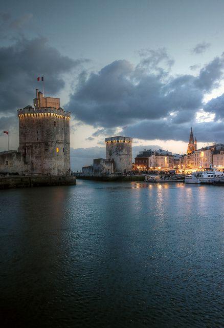 La Rochelle à la tombée de la nuit en Charente-Maritime en Poitou-Charentes. N'attendez plus pour visiter la ville de La Rochelle qui vous réserve de belles surprises. #France #vacances