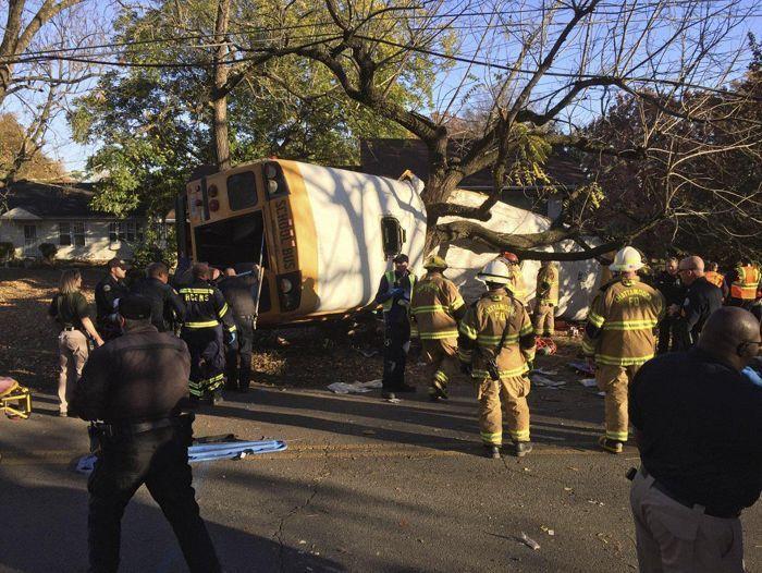 Koululaisbussi suistui pois tieltä ja törmäsi päin puuta Chattanoogassa Yhdysvalloissa maanantaina.