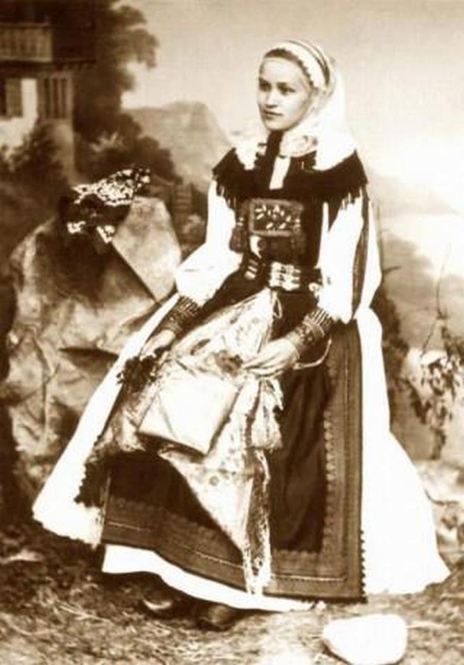 Torockói viselet egy régi képen. Kép innen: Muzsikás Folk Ensemble