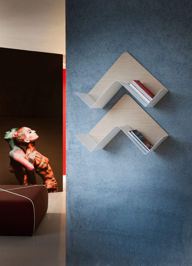 The Fishbone is a bookcase that allows for a variety of different sized shelves, as it is able to extend both horizontally and vertically. The angled metal-varnished pieces, available in various colors, form the support, while a plywood material forms the background, also available in a variety of finishes. It is a very unique element that can grow in both size and shape depending on the user's preferences.