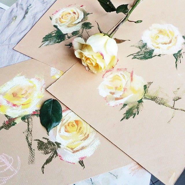 С ирисов перешли на розы. Непростой это цветок для пастели. Важно правильно выставить свет, чтобы сложная структура розы хоть как-то читалась ☺☝