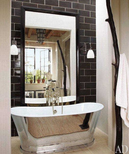 Home of Alfredo Parades. Great looking black and white bathroom. Photo by Miguel Flores-Vianna via Architectural Digest.