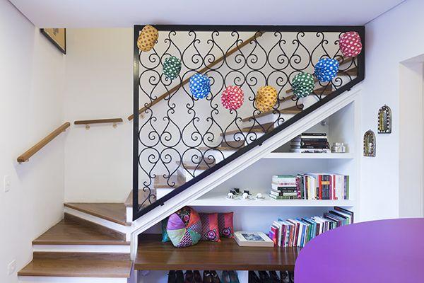 Escada com estante, aproveitando espaço embaixo da escada, proteção com grade arabesco