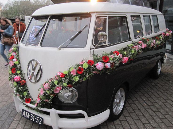 vw busje versiert met slinger van bloemen