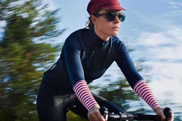 Cafe Du Cyclistes women's Arlette jersey uses all of merino wool's natural thermoregulation, odour resistant and moisture management properties.The Arlette jers