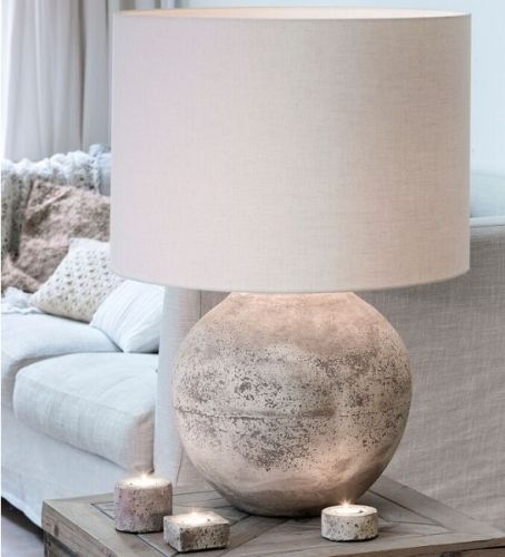STOR+og+råtøff+lampe+i+sement!! Lampefot:+antikk+grå,+sement.+D:+41+cm+H:+49+cm Skjerm:+egghvit.+50x50x38cm