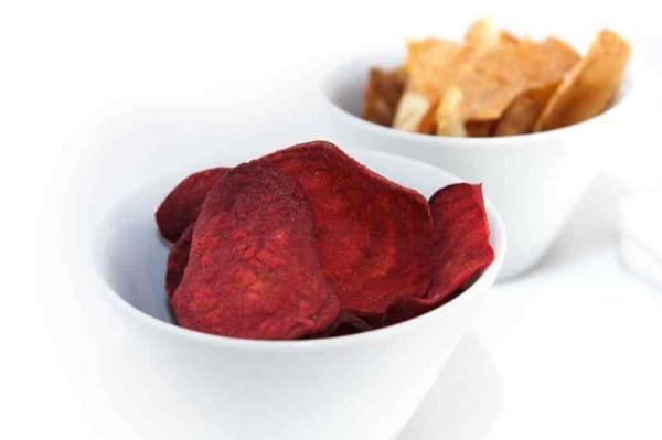 Cómo hacer chips de remolacha. Los chips de verduras una forma increíble y deliciosa de picar algo diferente mientras aprovechamos todas las propiedades nutritivas de los vegetales. Y sin duda los chips de remolacha son la combinac...