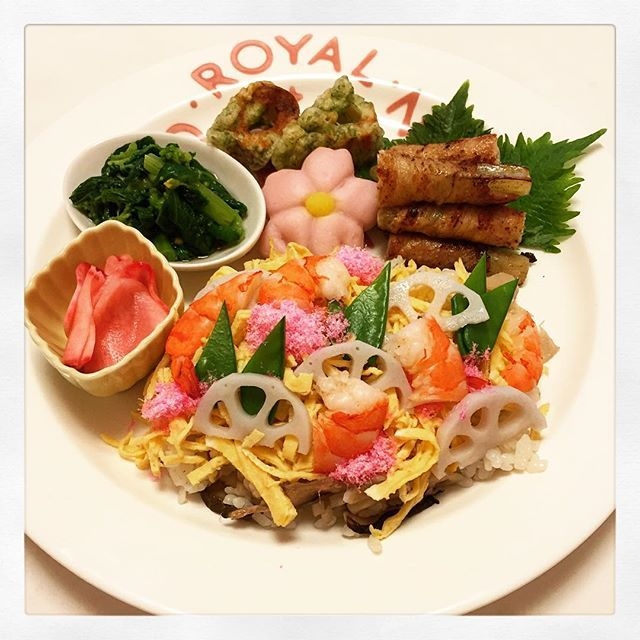 pandakao23/3  ひな祭りの晩ごはん  今日はひな祭りなので、ちらし寿司! あとは春の食材をいろいろなおかずを作ってみました。 ちらし寿司、久々に作ったなぁ。 美味しかったー。  ちらし寿司、蕗の肉巻き、菜の花おひたし、赤かぶの酢の物、竹輪磯辺揚げ、桜しんじょう、はまぐりのお吸い物  #おうちごはん #おいしい #晩ごはん #ディナー #手作り #homemade #dinner #今日の晩ごはん #ひな祭り #ちらし寿司 #食の歳事記