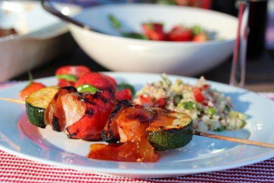 Grillspyd med svinefilet, aprikos, squash og hot mangosaus