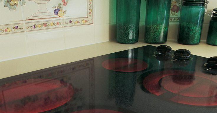 Cómo limpiar azúcar quemada de una vitrocerámica. Cuando cocinas en una estufa con vitrocerámica, puede ser imposible de prevenir quemaduras y manchas. El azúcar seca puede quemarse en la vitrocerámica cuando la añades a un plato o a una preparación que contiene azúcar y que salpica la vitrocerámica cuando hierve. El azúcar se pega a la superficie porque se carameliza y cuando está quemada ...