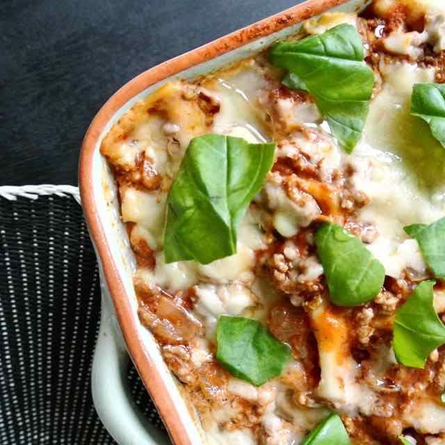 """De recensies van deze lasagne van Nigella waren erg goed. Maar toen ik de ingrediëntenlijst las dacht ik meteen, dit wordt een """"kids favorites"""". Even testen en ik kreeg gelijk, het is een prima recept voor je kinderen. Het is niet moeilijk en je hebt hem zo in elkaar gezet. Dus mocht je op"""