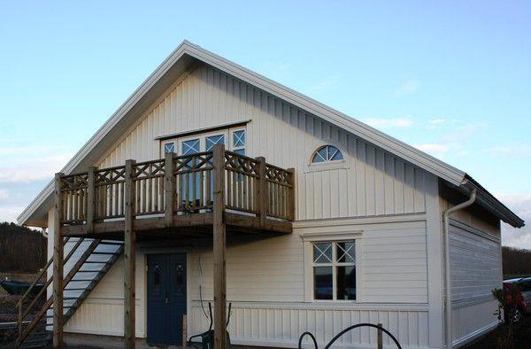 takets avslut och listen som ligger längst upp och möter den stående panelen