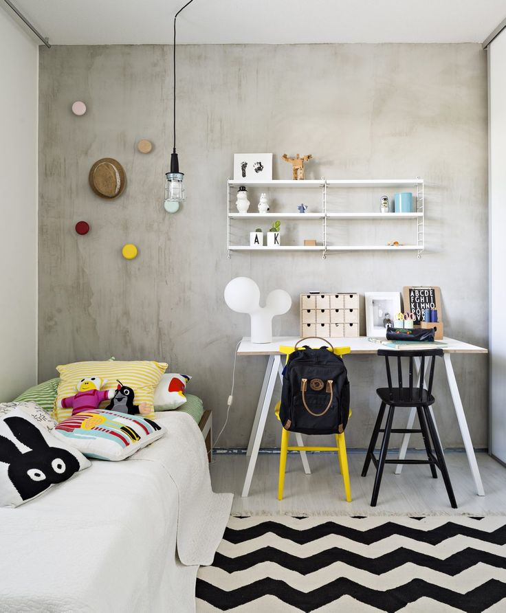 Kasperin huone on muuttunut vuosien varrella pikkupojan huoneesta isomman pojan huoneeksi. Tyylikäs betoniseinä on korvannut nalletapetin. Askartelupuuhat ja legoleikit onnistuvat reilun kokoisen pöydän ääressä. Lundian sänky palvelee aikuiseksi asti. Mira on tehnyt värikkäät naulakot maalatuista saunan oven vetimistä.