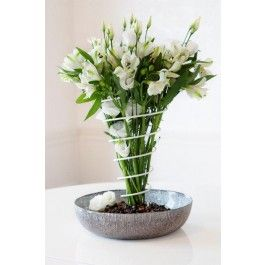 Flowerspring är ett snyggt och dekorativt bukettstöd som håller blommorna på plats. http://www.smartasaker.se/flower-spring.html