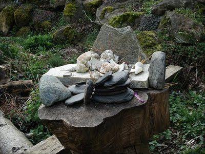outdoor altarGardens Totems, Gardens Altars, Sacred Spaces, Sandalwood Stones, Outdoor Altars I, Stones Altars, Sacred Altars, Pagan Altars, Altars Spaces